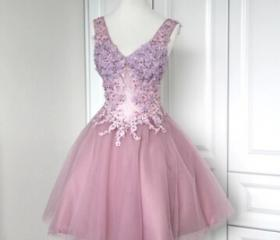 Cute Tulle V-necklin..